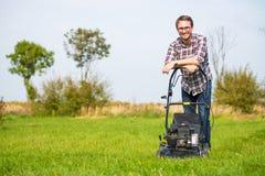 детеныши человека травы кося Стоковая Фотография