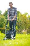 детеныши человека травы кося Стоковая Фотография RF