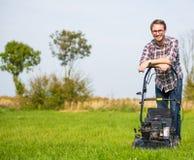 детеныши человека травы кося Стоковое фото RF