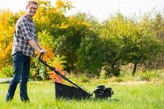 детеныши человека травы кося Стоковое Изображение