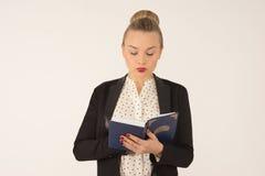 детеныши чтения девушки книги Стоковые Фото