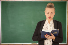 детеныши чтения девушки книги Стоковая Фотография RF