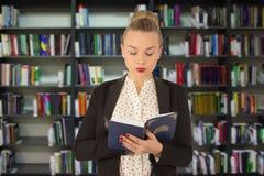 детеныши чтения девушки книги Стоковое Фото