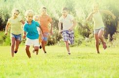 дети ¿ ï» бежать в парке Стоковые Фото