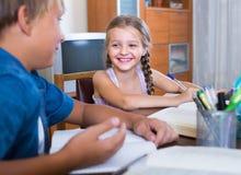 дети делая домашнюю работу стоковое изображение rf