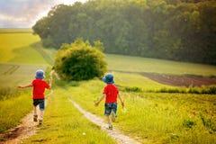 2 дети дошкольного возраста, сидящ в сельском, предусматривать Стоковое Фото