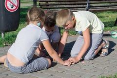 дети паркуют играть Стоковые Фото