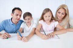 дети помогая домашней работе parents их Стоковые Фото