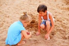 дети пляжа играя 2 Стоковое Фото