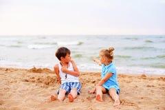дети пляжа играя 2 Стоковые Изображения RF