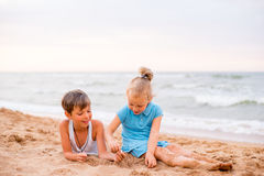 дети пляжа играя 2 Стоковое Изображение RF