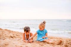 дети пляжа играя 2 Стоковое Изображение