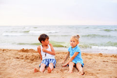 дети пляжа играя 2 Стоковые Фотографии RF