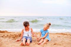 дети пляжа играя 2 Стоковая Фотография RF