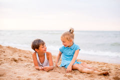 дети пляжа играя 2 Стоковая Фотография