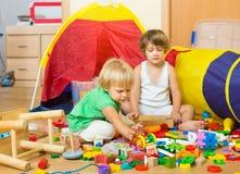дети самонаводят играть Стоковое Фото