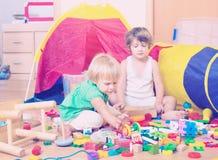 дети самонаводят играть Стоковые Изображения RF