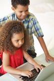 дети самонаводят компьтер-книжка используя Стоковая Фотография