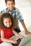 дети самонаводят компьтер-книжка используя Стоковое Фото
