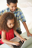 дети самонаводят компьтер-книжка используя Стоковое Изображение