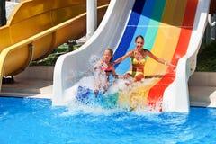 дети aquapark сползают воду Стоковые Изображения RF