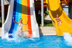 дети aquapark сползают воду Стоковое Изображение