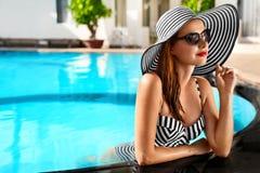 лето праздников семьи счастливое ваше Каникулы перемещения Красивая женщина на плавать Po Стоковые Изображения RF