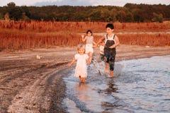 3 дет бежать вдоль пляжа Стоковое Фото
