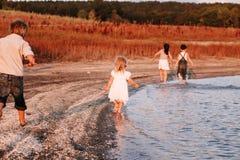 3 дет бежать вдоль пляжа Стоковое фото RF