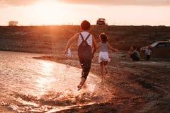 3 дет бежать вдоль пляжа Стоковая Фотография