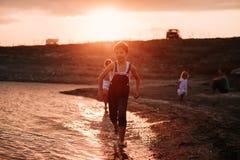 3 дет бежать вдоль пляжа Стоковые Изображения