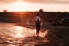 3 дет бежать вдоль пляжа Стоковые Фотографии RF