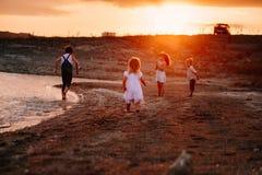 3 дет бежать вдоль пляжа Стоковое Изображение