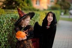 2 дет более молодого школьного возраста в костюмах на хеллоуин Стоковая Фотография RF