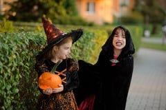 2 дет более молодого школьного возраста в костюмах на хеллоуин Стоковое фото RF