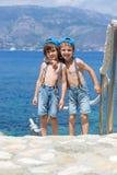 2 дет, братья мальчика, идя на путь вокруг mediterrane Стоковое Фото