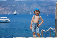 2 дет, братья мальчика, идя на путь вокруг mediterrane Стоковое Изображение RF