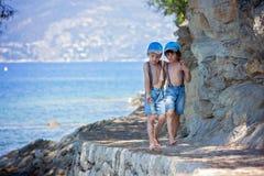2 дет, братья мальчика, идя на путь вокруг mediterrani Стоковая Фотография RF