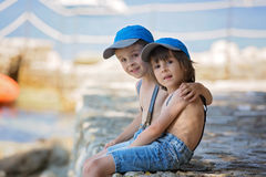 2 дет, братья мальчика, сидя на пристани на Ðœediterranеan Стоковая Фотография RF