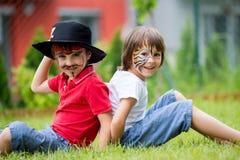 2 дет, братья, покрашенные как тигр и пират, играя внутри Стоковое Изображение RF