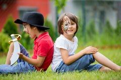 2 дет, братья, покрашенные как тигр и пират, играя внутри Стоковая Фотография
