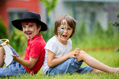 2 дет, братья, покрашенные как тигр и пират, играя внутри Стоковое Фото