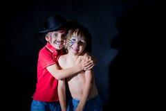 2 дет, братья, покрашенные как тигр и пират, играя tog Стоковая Фотография