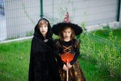 2 дет, брат и сестра, одеты в костюмах на хеллоуин Стоковая Фотография RF