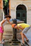 2 дет выпивают воду от фонтана на острове Венеции Стоковое Фото