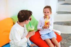 2 дет выпивая smoothies outdoors Стоковые Изображения RF
