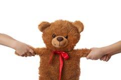 2 дет вытягивая плюшевый медвежонка врозь Стоковое Фото