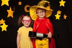 2 дет в костюмах stargazers с телескопом Стоковое фото RF