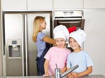 2 дет в кухне с их Стоковые Изображения