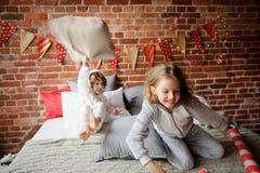 2 дет в мягких pyjamas аранжировали бой подушками Стоковое Изображение
